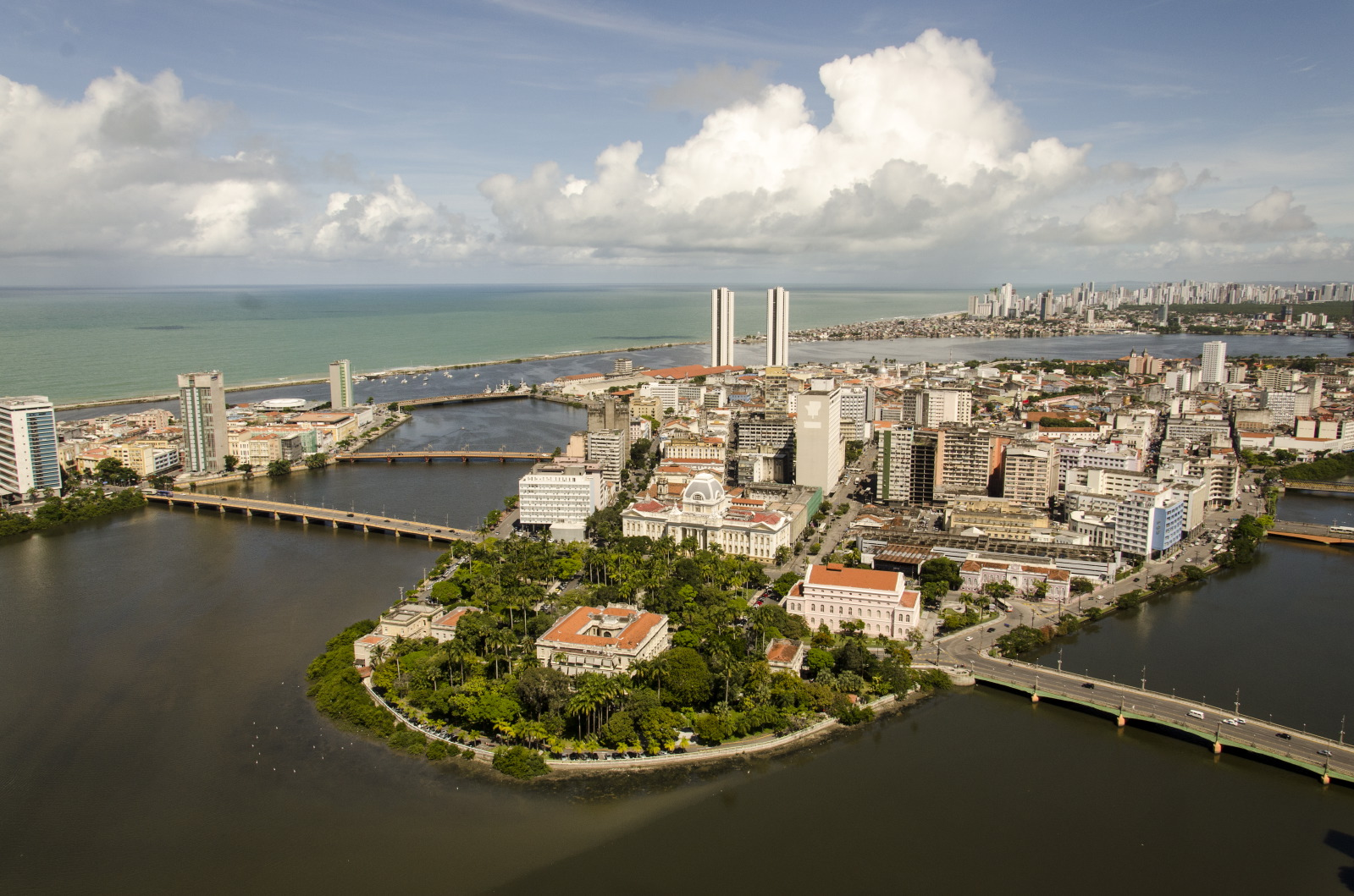 The Antônio Vaz island and some of the water systems and bridges that characterise the city (photo: Portal da Copa/ME / licensed under CC BY 3.0 BR).