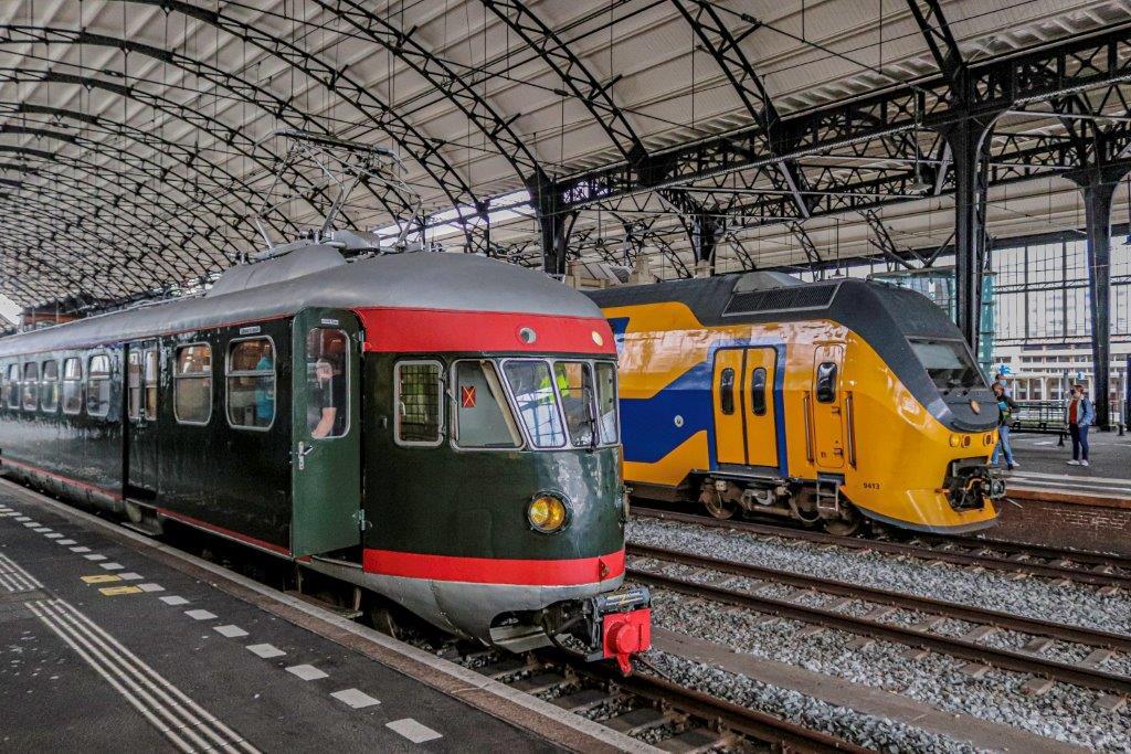 Op station Haarlem staat treinstel 273 (1952) uit de collectie van het Spoorwegmuseum naast 9413 van de Nederlandse Spoorwegen, klaar om samen op te trekken, Foto Niels Kehl, 2020.
