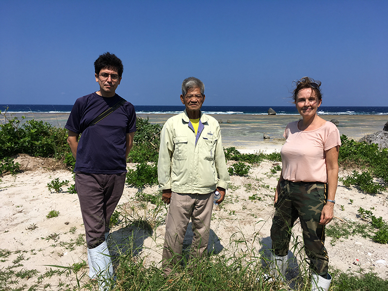 From L to R: Randall Sasaki (translator), Namihira (resident of the island of Tarama, Japan) & José Schreurs (RCE). Photo taken in 2019 during the Van Bosse project (photo: RCE).
