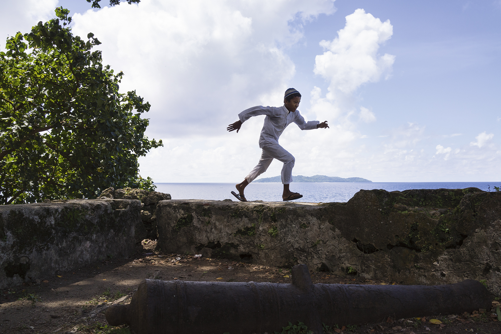 'Fort Concordia, Banda Besar'. A young boy runs on a wall of fort Concordia (photo: Isabelle Boon, 'I love Banda')