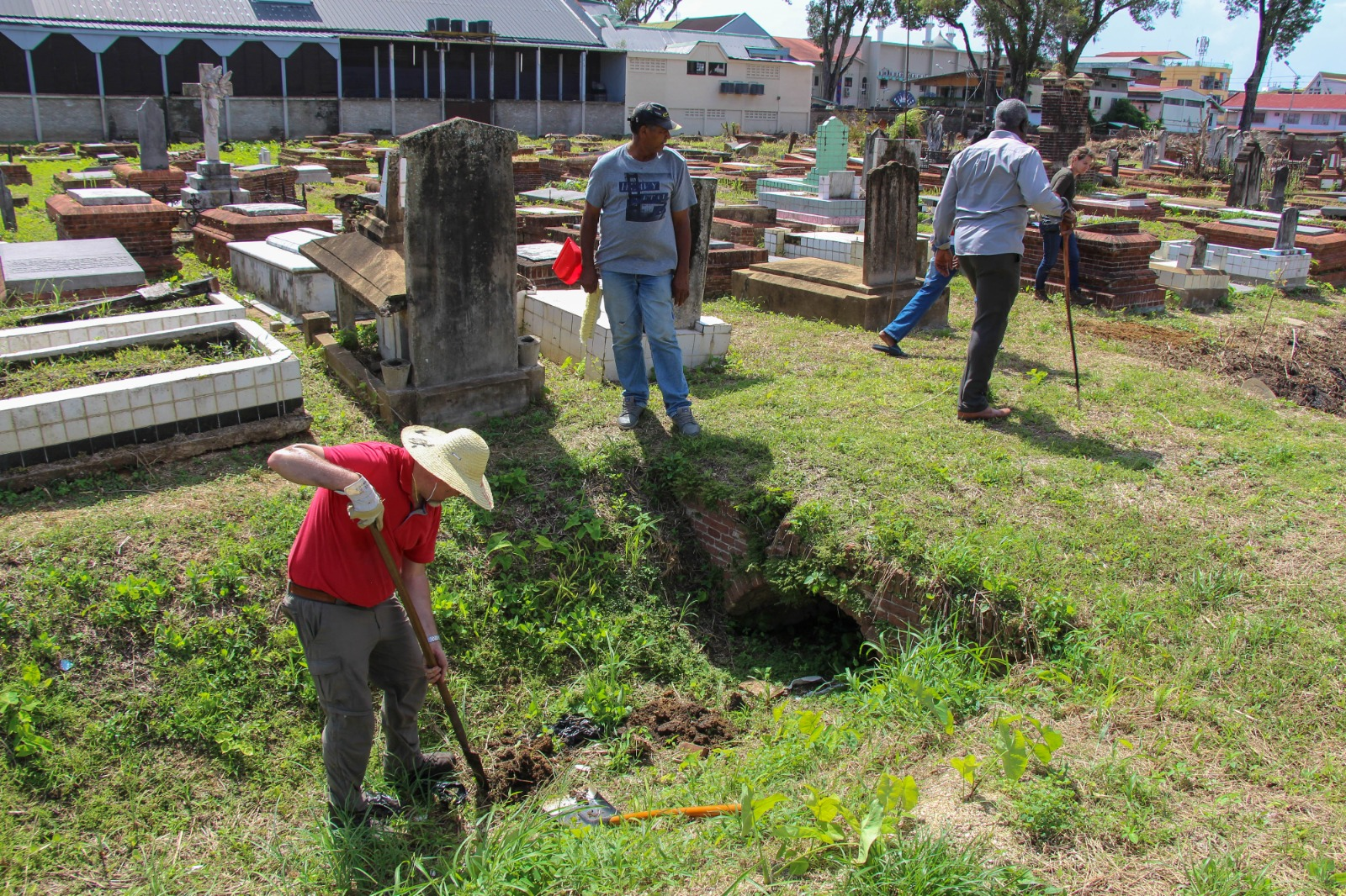 Work on the Nieuwe Oranjetuin in Paramaribo, Suriname – digging for information on the depth of the ditches in the cemetery (photo: René ten Dam).