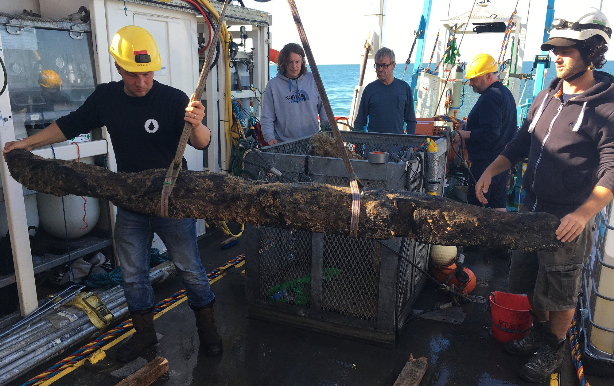 A large timber of the Rooswijk is lifted on board of the research vessel during the recent 2018 expedition (photo: #rooswijk1740/Martijn Manders)