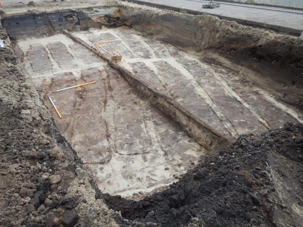 Archeologische sporen van bodemverbeteringskuilen/moestuinbedden werden gevonden tijdens de opgraving Bergen op Zoom-Station fietsenhelling. Ze dateren uit de late middeleeuwen tot vroeg nieuwe tijd.