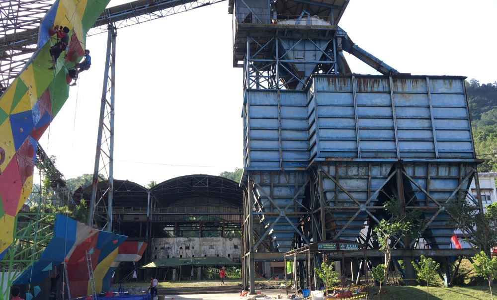 The now empty coal silos in Sawahlunto are currently used as a climbing wall by the local alpinist association (photo: Jean-Paul Corten).